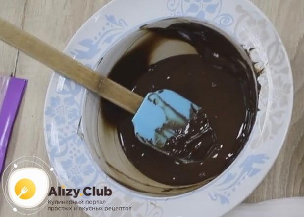Растапливаем любым удобным способ черный шоколад.