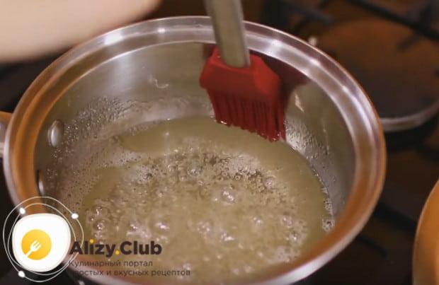 Влажной кисточкой аккуратно убираем со стенок кастрюли лишние кристаллики сахара.
