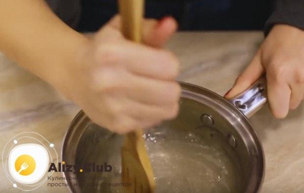 остывший сироп начинаем взбивать лопаточкой.
