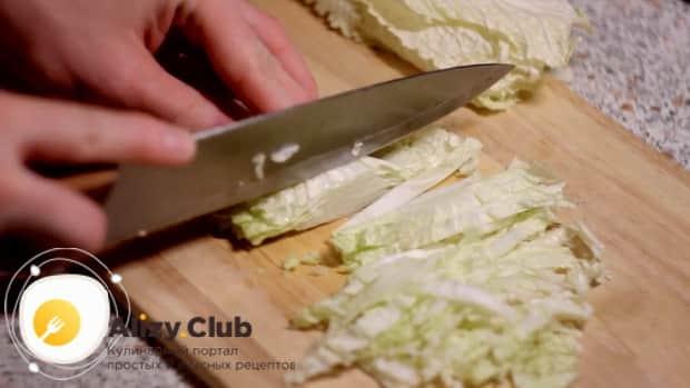 Для приготовления салата с пекинской капустой и ветчиной, нарежьте капусту