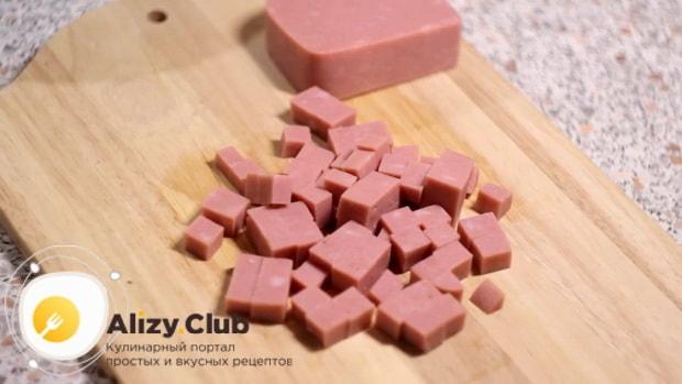 Для приготовления салата с пекинской капустой и ветчиной, нарежьте вктчину