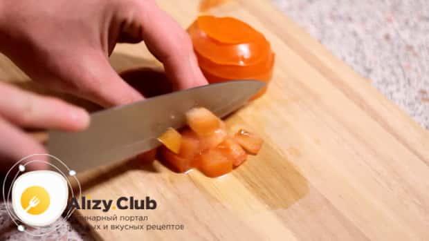 Для приготовления салата с пекинской капустой и ветчиной, нарежьте помидоры