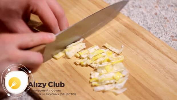 Для приготовления салата с пекинской капустой и ветчиной, нарежьте яйца