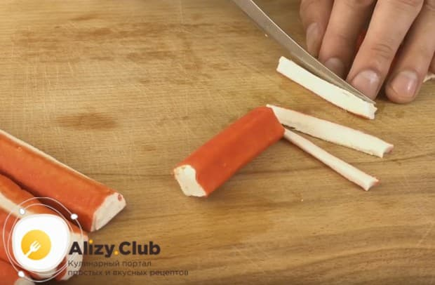 Предлагаем вашему вниманию простой и быстрый рецепт салата Красное море с крабовыми палочками.