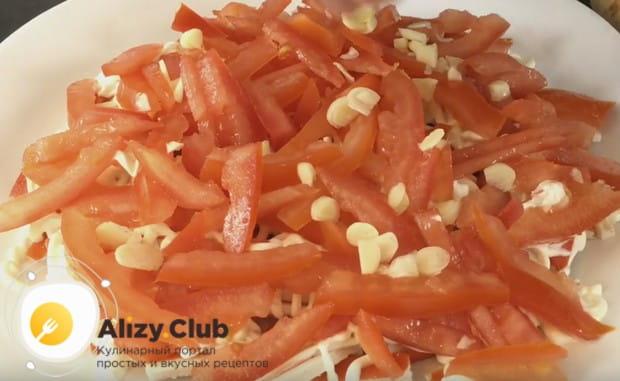 Приправляем слой помидоров чесноком, солью и перцем.