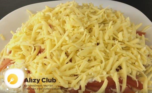 Натираем на крупной терке сыр и выкладываем поверх помидоров.