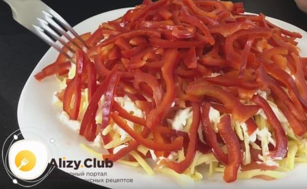 Верхним слоем блюда делаем нарезанный соломкой болгарский перец красного цвета.