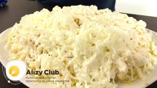 Натираем белки на мелкую терку и посыпаем весь салат