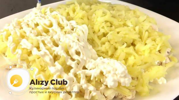 Очищенную картошку натираем на крупной стороне терки и выкладываем поверх лука