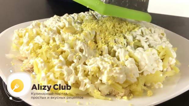 Яйца разделяем на желтки и белки