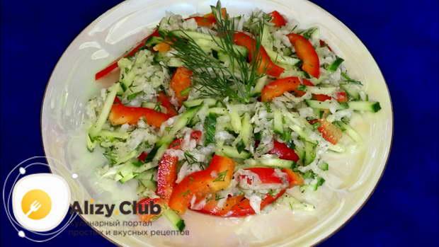 влейте в салат 20 грамм оливкового и 20 грамм кунжутного масла