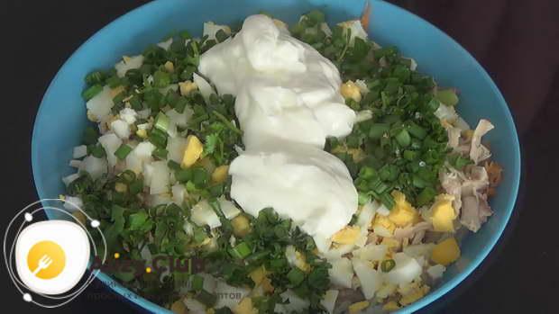 Посолите и поперчите салат по вкусу