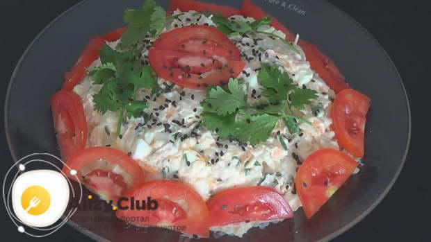 выложить салат с дайконом на красивое блюдо