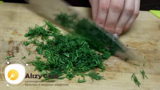 Для приготовления салата с фасолью консервированной и крабовыми палочками, нарежьте зелень