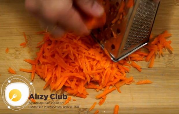 на терке натираем морковь