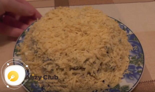 выкладываем салат горкой и присыпаем тертым сыром