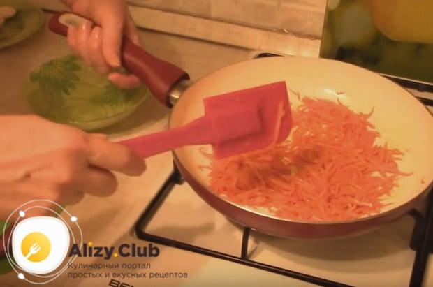 Морковку обжариваем на растительном масле.