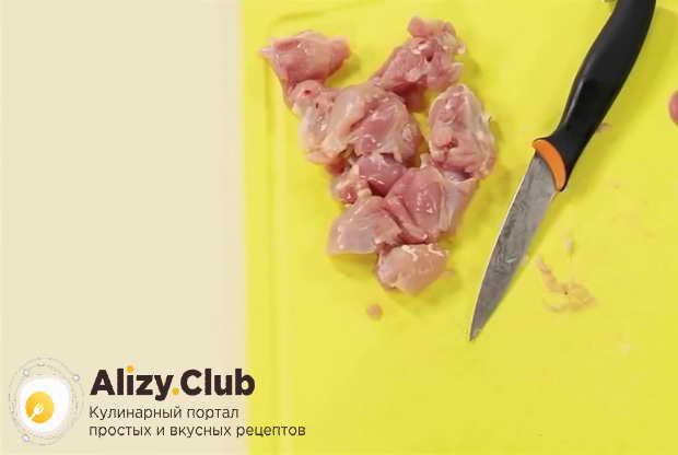Обрежьте с двух окороков мясо и порежьте вместе с грудкой на крупные кусочки