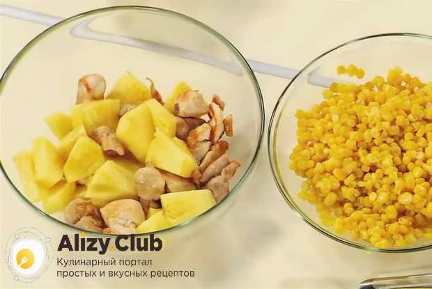 Смешайте в салатнице обжаренную курицу, ананас, перец