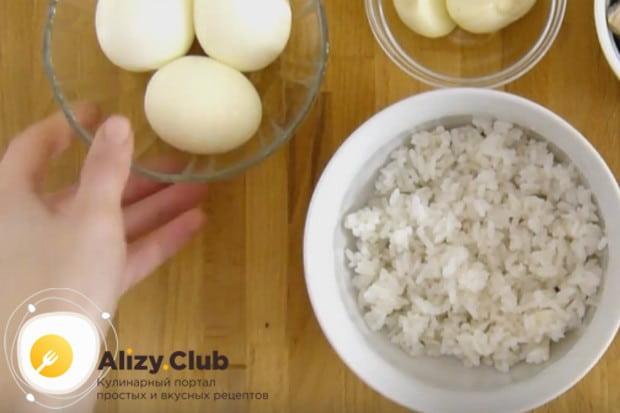 Чтобы приготовить салат Морское дно с морской капустой, нам нужны отваренные вкрутую яйца и рис