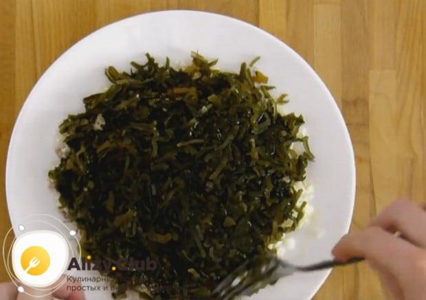 Этот салат можно готовить из консервированной морской капусты.