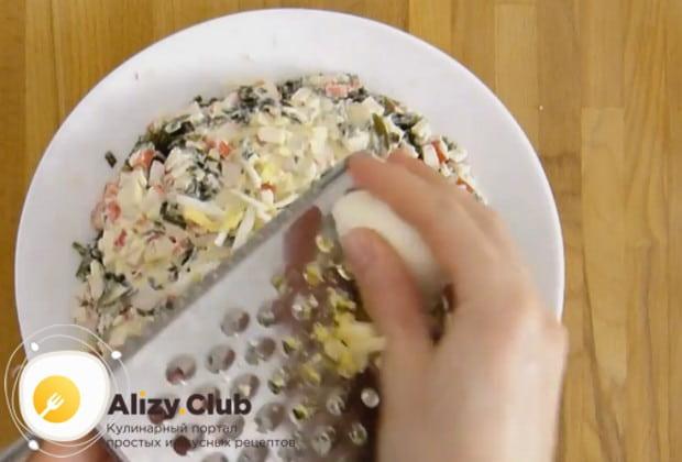 натираем на салат яйца.