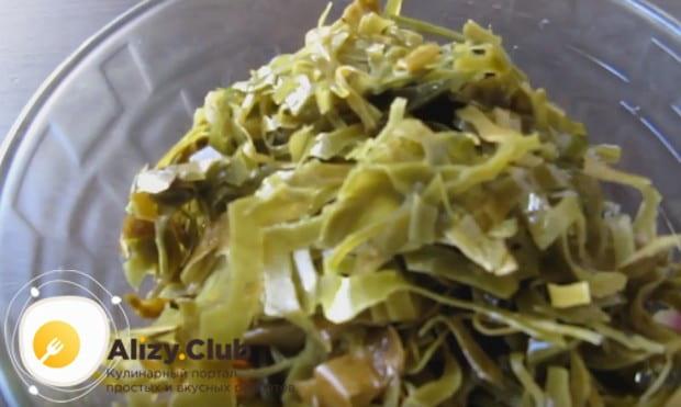 Сливаем с морской капусты воду и выкладываем ее в салатник к остальным ингредиентам.