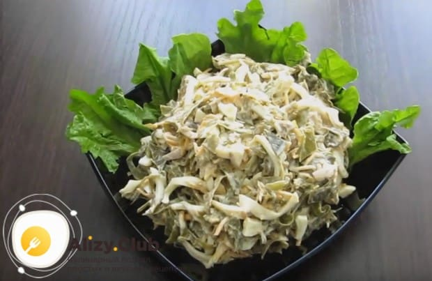 Салат с морской капустой и кальмарами прекрасно подойдет даже для праздничного стола.