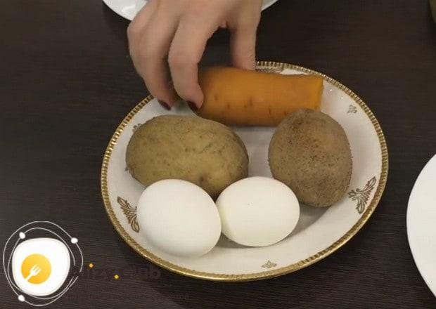 Для приготовления салата из консервированной печени трески нам понадобится отварная морковка и картофель.