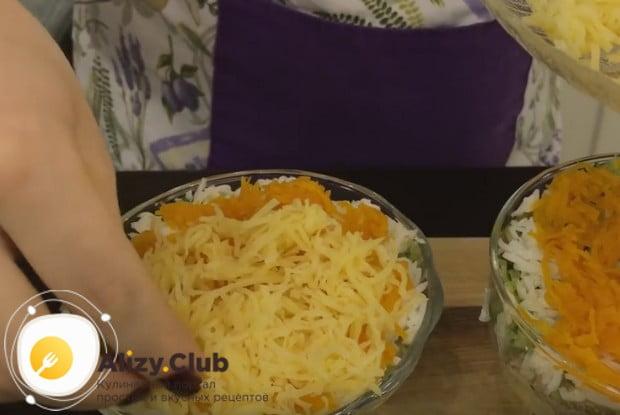 Морковь покрываем слоем тертого сыра.