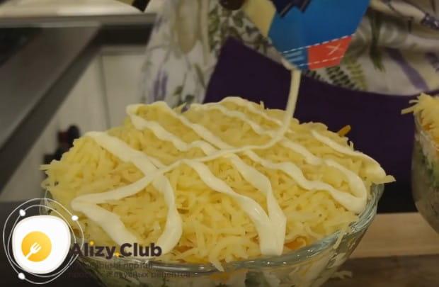 Поверх сыра делаем майонезную сеточку.