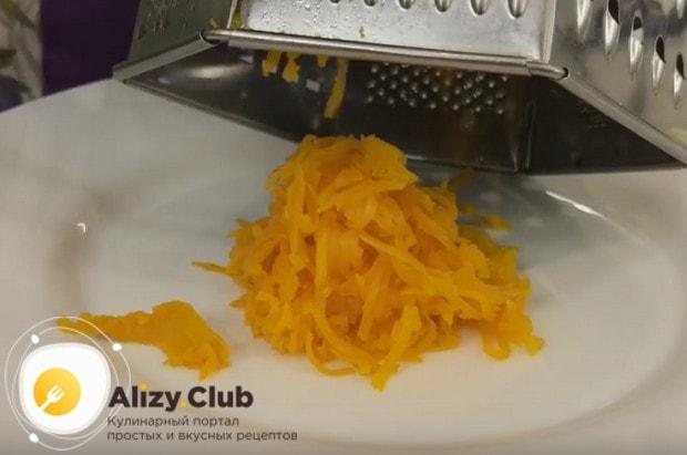 Вкусный салат из печени трески получается с морковкой.