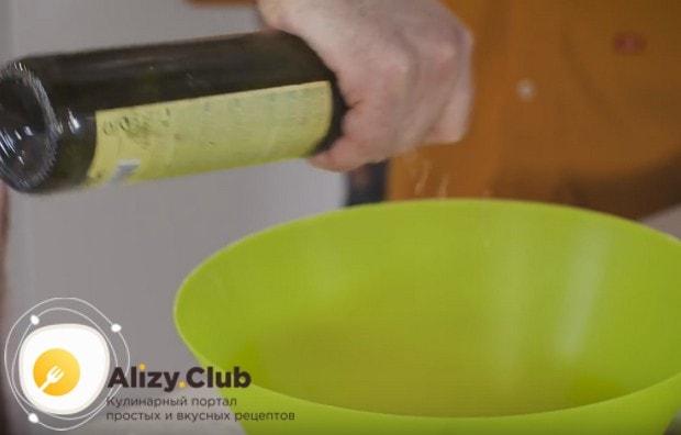 Приправляем салат винным уксусом.