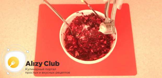 Выдавите в салат через чеснокодавку 1-2 зубка чеснока