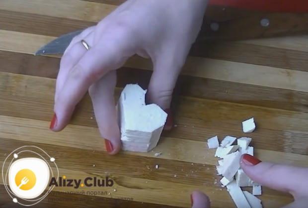Нарезаем козий сыр кусочками такого же размера, как и свеклу.