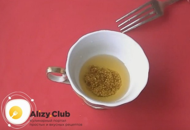 Для приготовления соуса смешиваем горчицу в зернах с растительным маслом.