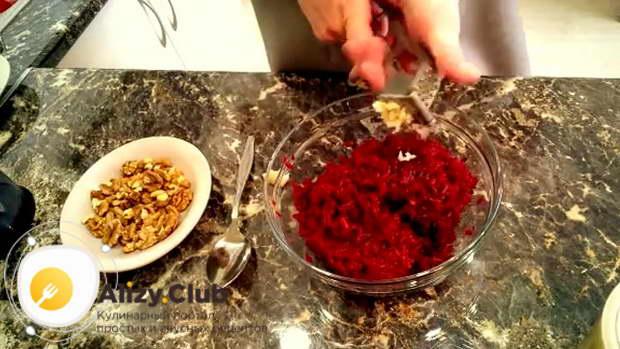 Рецепт салата из свеклы с чесноком, грецкими орехами и майонезом