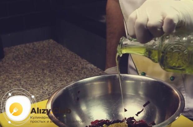 Приправляем свеклу растительным маслом.