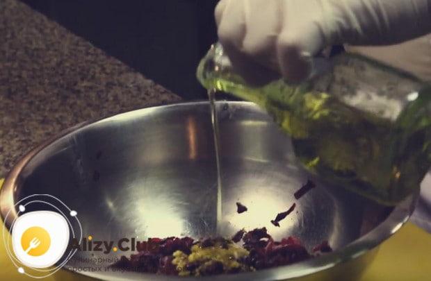 Добавляем горчицу в зернах, немного лимонного сока и перемешиваем.