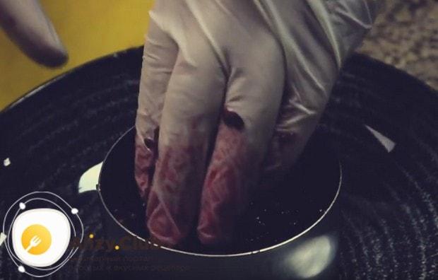 Формируем салат при помощи кондитерской вырубки.