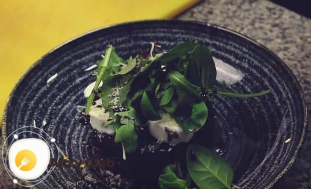 Заправляем салат соусом и посыпаем пармезаном.