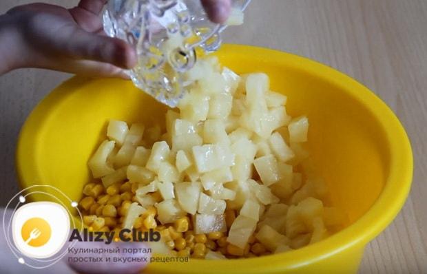 в миску выкладываем ананасы и кукурузу