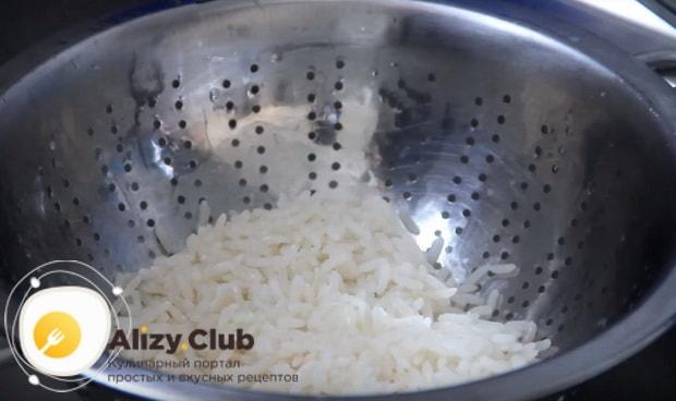промываем рис на дуршлаге