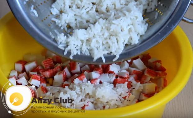 добавляем рис к остальным ингредиентам