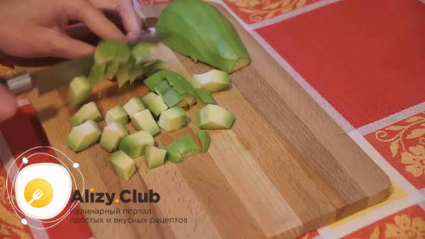 салат с авокадо и курицей и огурцом