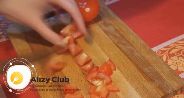 2 помидора нарезаем небольшими кубиками