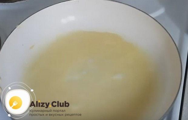 Выливаем половником тесто на разогревшуюся сковороду и жарим блины.