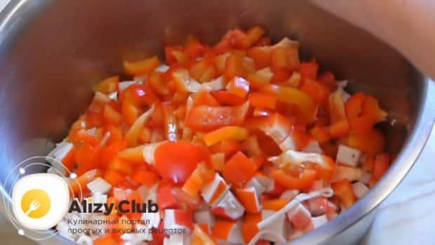 Для приготовления салата с крабовыми палочками, фасолью и яйцами. нарежьте помидоры