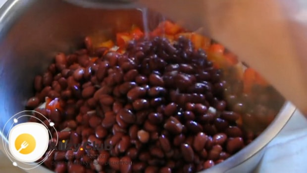 Для приготовления салата с крабовыми палочками, фасолью и яйцами. подготовьте все необходимое