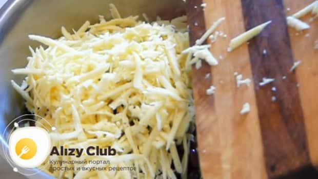 Для приготовления салата с крабовыми палочками, фасолью и яйцами. натрите сыр